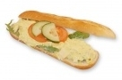 Broodje kipkerriesalade