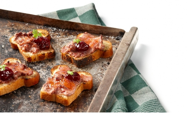 Ovenvers stukje stokbrood met paté en garnering