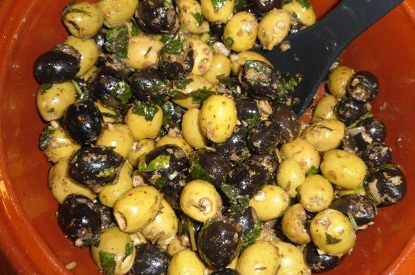 Foccaciabrood olijventapenade en olijven