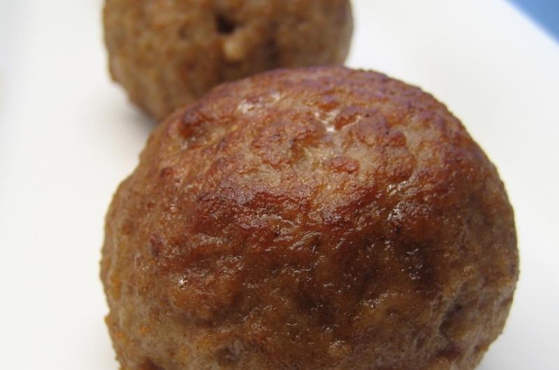 Rode bietjes met gekookte aardappelen en gehaktbal