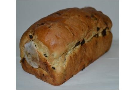 Hoog rozijnenbrood met spijs