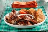 Spareribs met saus, brood en kruidenboter