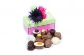 100 gram gesorteerde Belgische bonbons wit, melk en puur