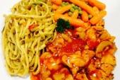 Bami, kip in Chinese saus en atjar