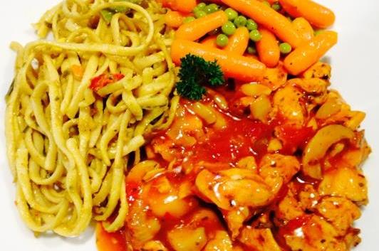 Bami, kip in Chinese saus & atjar