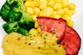 Biefstukpuntjes peperroomsaus, broccoli & aard.schijfjes