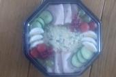 Feestsalade licht gegarneerd zalm