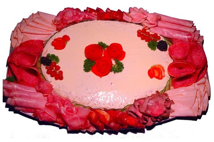 Huzaar salade luxe opgemaakt met vleeswaren