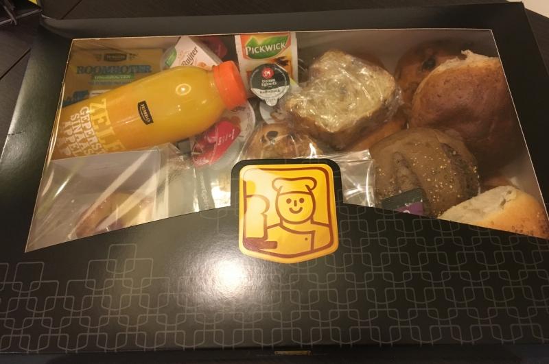 Ontbijtmand (met borden en bestek)