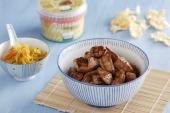 Glaasje gevuld met kipsaté in Japanse saus